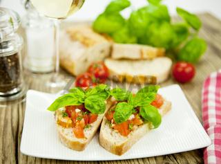 frische italienische Bruschetta mit Tomaten und Knoblauch auf einem Teller