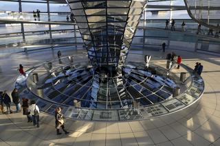 Innenraum mit verspiegelter Mittelsaeule der Reichstagskuppel, R