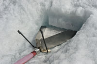 Trichter im Eis des Turtmanngletschers zum Auffangen von Schmelzwasser für die Wasserversorgung der Tracuit Hütte Zinal
