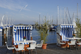 Strandkörbe am Yachthafen in Heiligenhafen, Deutschland