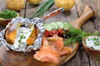 Folienkartoffel mit Sauerrahm und Lachs