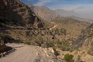 Naturpiste vom Pass Sharaf al Alamayn durch das wilde Hadschar Gebirge zur Oase Haat