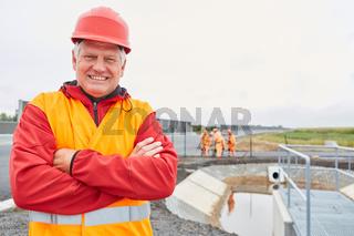 Stolzer Architekt oder Vorarbeiter auf einer Baustelle