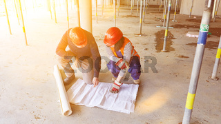 Zusammenarbeit von Bauleiter und Architekt im Rohbau