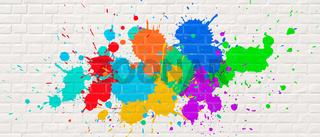 Bunte Farbflecken an weißer Ziegelwand