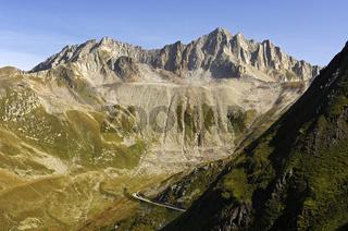 Die Bergstrasse vom Wallis über den Nufenenpass ins Tessin zwischen steilen Bergflanken