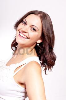 hübsche junge frau mit breitem grinsen auf dem gesicht im portrait