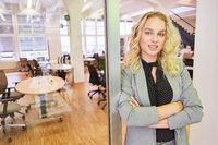 Junge Frau als Start-Up Gründerin mit verschränkten Armen