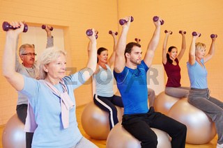 Gruppe im Fitnesscenter beim Hanteltraining