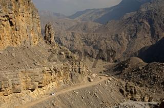 Weisses Geländefahrzeug auf einer Bergstrasse,Oman
