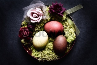 gefärbte Ostereier in einem Nest