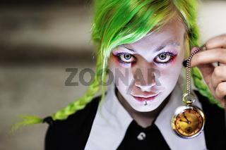 Junge Frau mit grünen Haaren, Uhr und Schulmädchenkleid