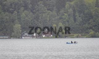 Zwei Fischer in einem Boot auf dem Zellersee