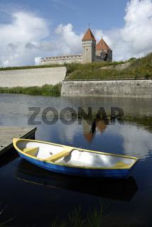 Ruderboot vor der Burg in Kuressaare