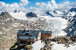 Das spektakulär gelegene Ramolhaus mit dem Gurgler Ferner im Hintergrund, Ötztal, Tirol, Österreich