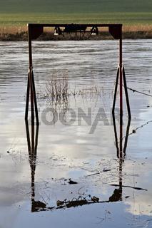 Überschwemmte Kinderschaukel