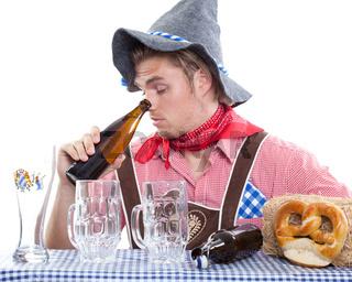traditioneller mann guckt in leer flasche