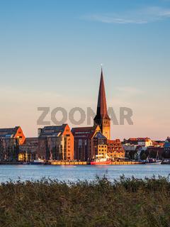 Blick über die Warnow auf die Hansestadt Rostock am Abend