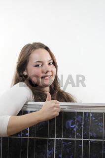 Mädchen mit Solarmodul