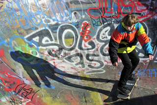 Zwölfjähriger Skater in einer Skateboardbahn, Bowl, Brüssel, Belgien, Europa