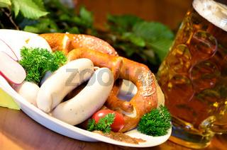 bayrische Brotzeit mit Weißwürsten