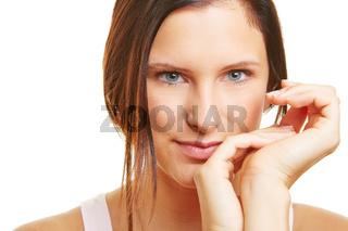 Junge attraktive brünette Frau