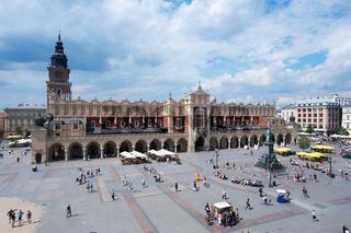 Hauptmarkt Platz in Krakau mit den Tuchhallen und dem Rathausturm