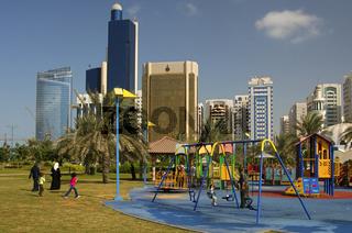Kinderspielplatz vor der Skyline von Abu Dhabi