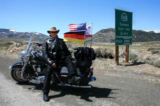 Motorradfahrerpausiert  auf dem Weg zum Sonora-Pass