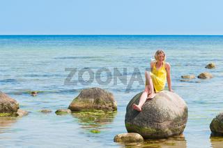 Junge Frau am Strand von Blaesinge auf Öland, Schw