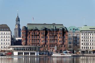 Blick von der Binnenalster zum Michel in Hamburg