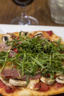 italienische Pizza mit frischer Rucola