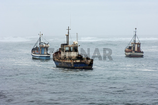 Fischerboote bei Schlechtwetter auf See
