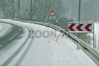 Schneeglatte Straße bei Graupelschauer, Kleines Lautertal, Schwäbische Alb, Deutschland, Europa