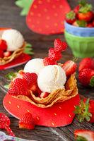 Vanilleeis mit frischen Erdbeeren