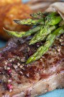 grüner Spargel auf einem Steak