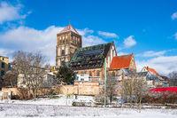 Blick auf die Nikolaikirche im Winter in der Hansestadt Rostock