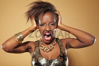 Frustrierte Afrikanerin schreit laut