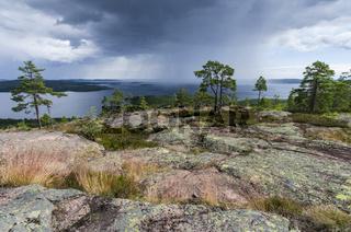 Regenschauer ueber dem Bottnischen Meerbusen, Skuleskogen Nationalpark, Weltnaturerbe Hoega Kusten, Vaesternorrland, Schweden