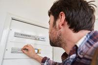 Elektroinstallateur kontrolliert Verteilerkasten