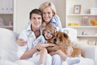 Familie und Chow-Chow Hund in der Wohnung