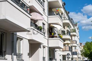 Modernes Mehrfamilienhaus mit Balkonen