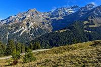 Bergmassiv Les Diablerets bei der Ortschaft Les Diablerets mit dem Gipfel Scex Rouge