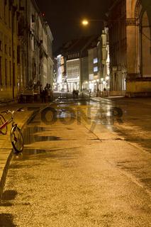 Einkaufsstraße in der Münchner Innenstadt bei Nacht