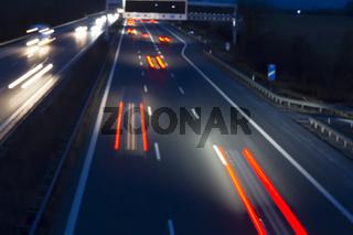 Verkehr auf der Autobahn bei Nacht