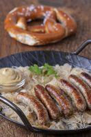 gegrillte Nürnberger Bratwurst mit Sauerkraut