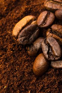Kaffeebohnen und Kaffeemehl