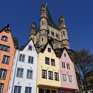 die kleinen bunten Haeuser vor Gross St. Martin in der Koelner Altstadt