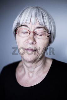 Portrait, Seniorin mit geschlossene Augen