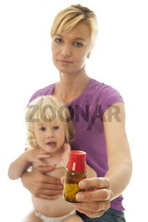 Mutter mit Kleinkind gibt alternative Medizin